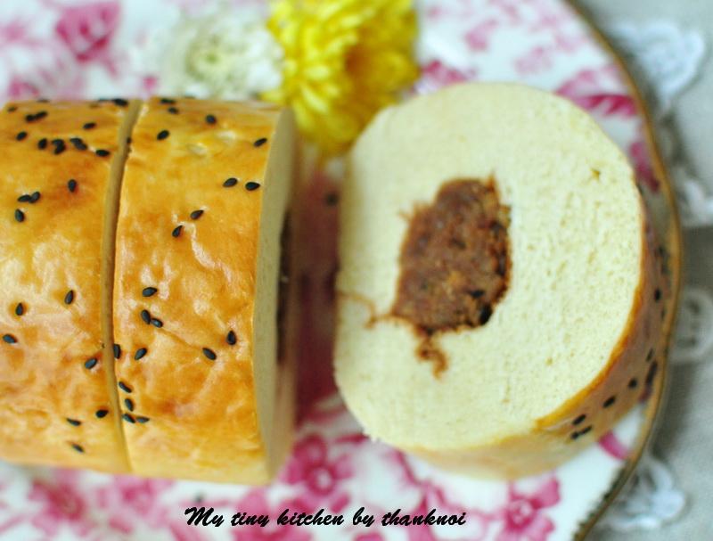 ขนมปังม้วนไส้หมูหยอง, rolled bread with pork floss filling